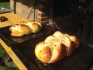 Hefezopf noch heiß aus dem Ofen