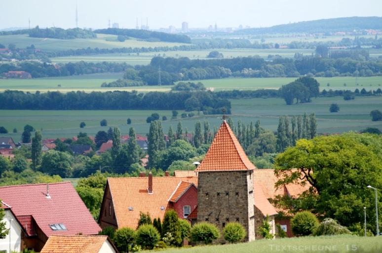 BIs Hannover reicht die Sicht von der Bantorfer Höhe, über den Kirchturm der St. Alexandrikirche und am Stemmer Berg vorbei.
