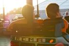 Im Sonnenuntergang mit dem Besten im Autoscooter cruisen