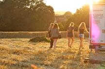 Unsere Dorfjugend: Grazien, mal eben kurz um die Ecke