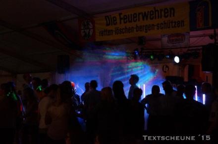 Dorfdisco im Zelt auf dem halbgemähten Gerstenacker